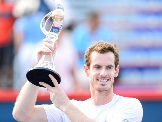 Andy Murray of Great Britain holds up the Rogers Cup after defeating Novak Djokovic of Serbia 6-4, 4-6, 6-3 in the men's singles final at the Uniprix Stadium in Montreal, Canada, on August 16, 2015. (AFP Photo)