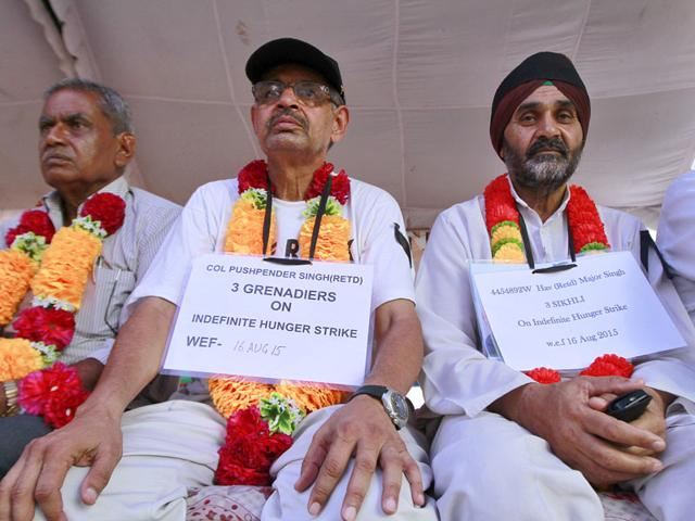 Col (RETD) Pushpender Singh with Hav (RETD) Major Singh on Indefinite hunger strike with others at Jantar Mantar, in New Delhi (Sanjeev Verma/ HT Photo)
