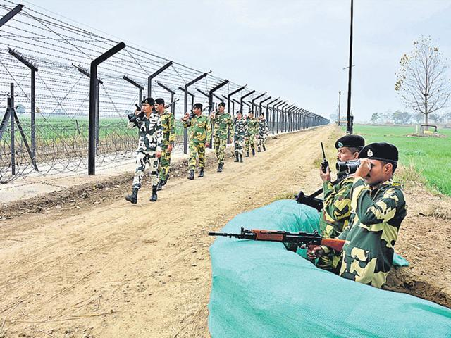 BSF jawans continue their vigil along the Indo-Pakistan International Border in Amritsar (HT Photo)