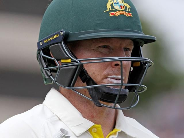 Australia's Chris Rogers walks back to the pavilion after losing his wicket for 52, during play on the second day of the fourth Ashes cricket Test match between England and Australia at Trent Bridge in Nottingham, England. (AFP Photo)