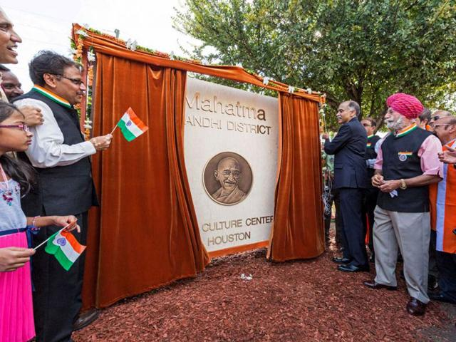 A day after India celebrated its 69th Independence Day, Indian-Americans in Houston, Texas paid tribute to Mahatma Gandhi by unveiling his bronze statue. (Twitter Photo)