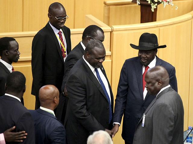 South Sudan's President Salva Kiir (C) arrives during a peace signing meeting attended by leaders from the region in Ethiopia's capital Addis Ababa, August 17, 2015 (REUTERS Photo)