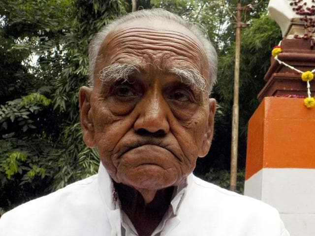 97-year-old freedom fighter Rajmal Choradiya had levelled serious allegations against Ratlam MiC member Arun Rao.