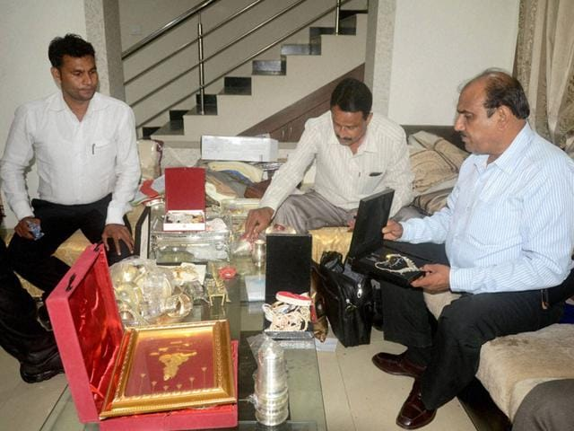 Lokayukta police tabulate jewellery and cash seized from the residence of ex-agriculture director DN Sharma, in Bhopal. (PTI Photo)