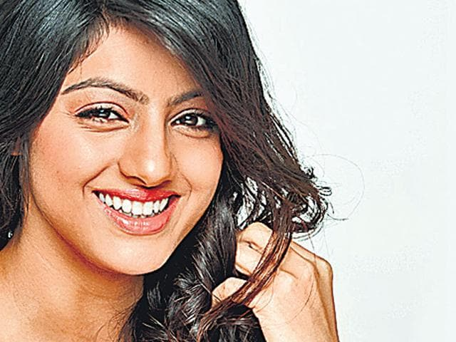 In a unique gesture, Television actor Deepika Singh found time off her busy schedule to meet her fans, her own colony's sweepers.
