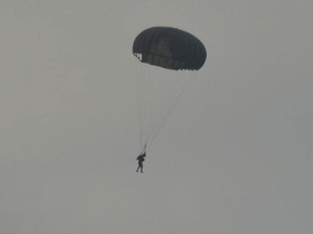 MS Dhoni completes his second para jump for Territorial Army. (HT Photo)