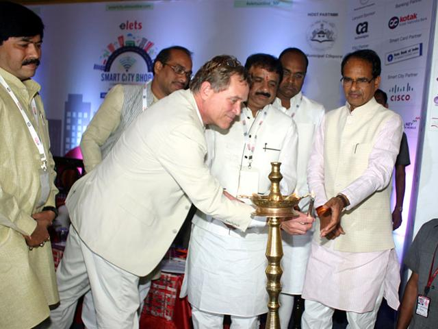 World Resource Institute vice-president Lawrence MacDonald (left) and CM Shivraj Singh Chouhan open the Smart City Conclave in Bhopal. (Bidesh Manna)