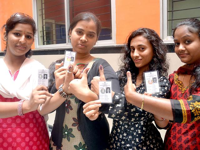 Freshers cast their votes during BBMP elections (Kashif Masood/ HT Photo)