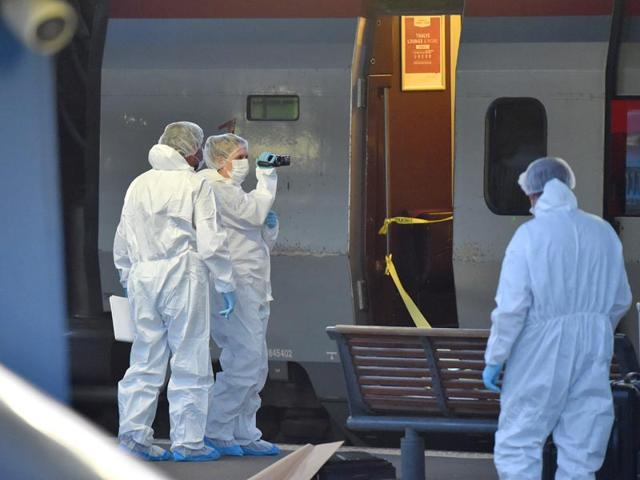 Police arrive to inspect the crime scene inside a Thalys train of French national railway operator SNCF at the main train station in Arras, northern France, on August 21, 2015. A gunman opened fire on a train travelling from Amsterdam to Paris, injuring three people before being overpowered by passengers. (AFP PHOTO)
