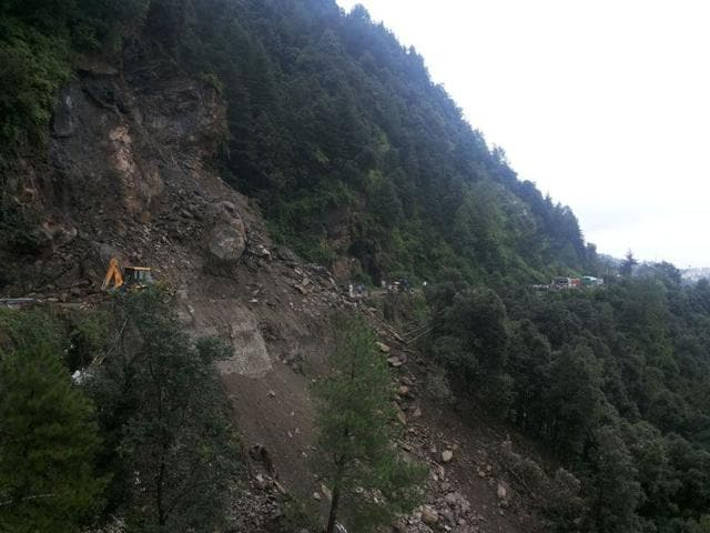 The landslide at Shoghi, 13 km from Shimla, that left traffic jams stretching more than 2 km on the Chandigarh-Shimla highway on Saturday morning. (Saurabh Chauhan/HT)