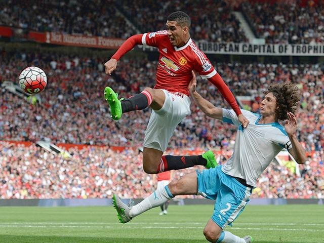 Newcastle United's Argentinian defender Fabricio Coloccini (R) vies with Manchester United's English defender Chris Smalling (L) as he tries to turn the ball in froma corner during the English Premier League football match between Manchester United and Newcastle United at Old Trafford in Manchester, north west England. (AFP Photo)