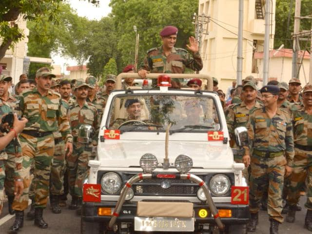 MS Dhoni with army jawans in Agra (HT Photo)