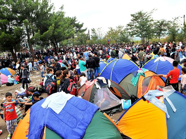 Some 2,000 mostly-Syrian refugees spent a rainy night stranded in no-man's land between Greece and Macedonia as hundreds more began arriving Saturday on their way to western Europe. (AFP Photo)