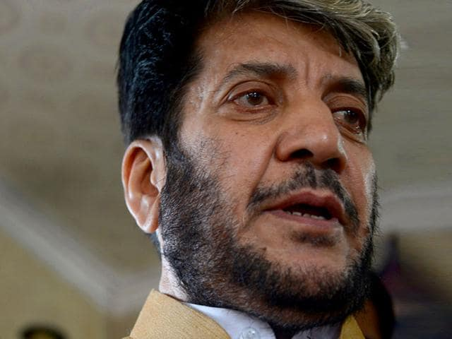 Senior Kashmiri separatist leader Shabir Shah speaks to the media prior to his departure for New Delhi for talks with Pakistan's National Security Adviser Sartaj Aziz, in Srinagar. (AFP Photo)