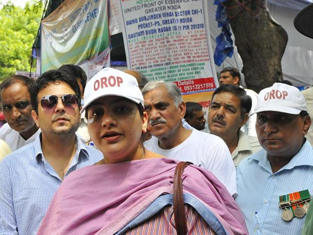 Union minister VK Singh's daughter Mrinalini Singh during OROP protest at Jantar Mantar in New Delhi. (HT Photo)