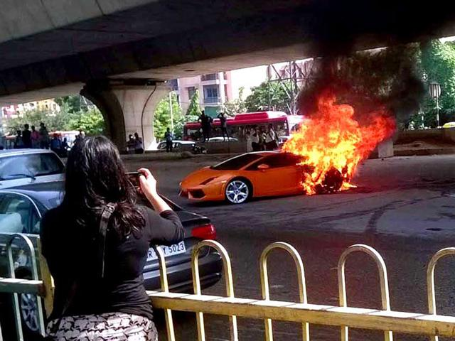Lamborghini Gallardo on fire,Delhi road accidents,Lamborghini