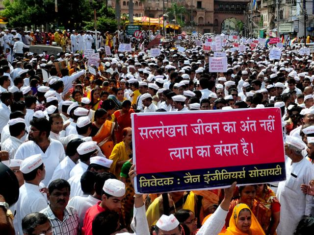 Jain community members at a rally to protest against the ban on Santhara in Bhopal. (Mujeeb Faruqui/ HT Photo)
