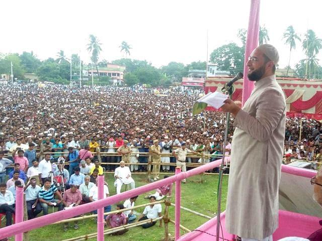 AIMIM chief Asaduddin Owaisi addresses a rally at Kishanganj in Bihar. (HT Photo)