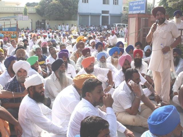 Cane growers holding a demonstration in front of the Mini Secretariate on Tuesday. (Harpreet Kaur/HT)