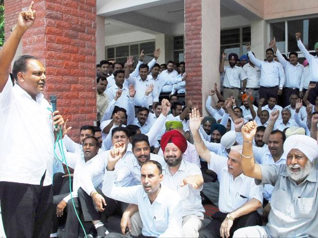 District bar association organise a protest in the court complex at Bathinda on Tuesday.(Sanjeev Kumar/HT)