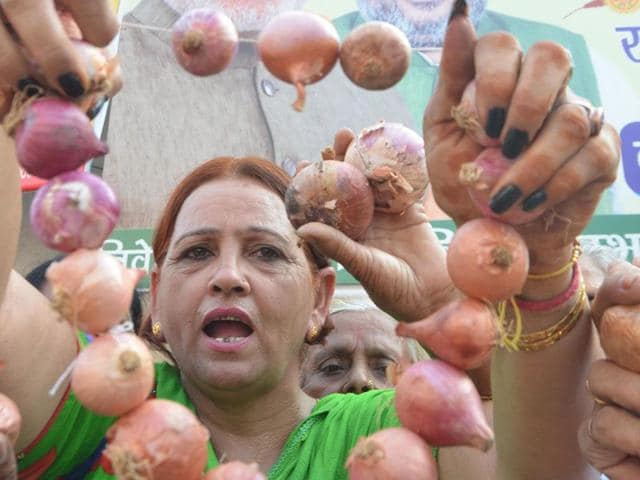 A Mahila Congress worker during a protest over soaring onion prices in Amritsar on Monday. (Sameer Sehgal/HT)