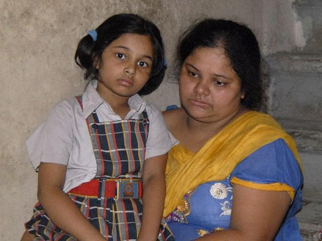 6-year-old Priti, who survived, said her father made three loops with pieces of rope and tied it to a pipe and asked her and her brother Karan to enjoy swings by putting loop around their neck. HT Photo