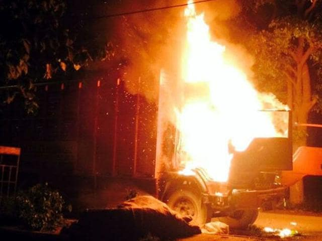 The truck that the angry mob set on fire at Jeevan Nagar on Monday night. (HT Photo)