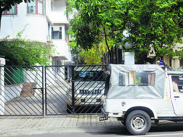 A team of police officers at the residence of ex-CEO of Star TV Peter Mukerjea in Mumbai in connection with the murder of his wife's daughter Sheena on Wednesday. (Satish Bate/ HT Photo)