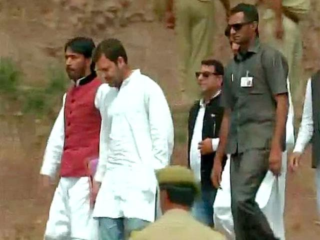 Congress vice-president Rahul Gandhi visits areas hit by incessant helling by Pakistani rangers in Jammu district. (ANI Photo)