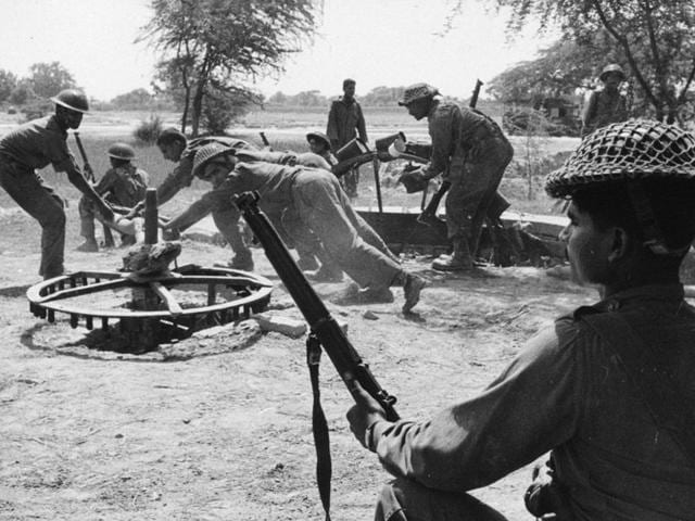 Jawans drawing fresh water from a Rehet, a water wheel, near Dera Baba Nanek, on the front line of the India-Pakistan conflict IN 1965. (Photo by Keystone/Getty Images)