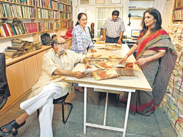 Sanjay Sahay (seated), editor of Hans, at the Daryaganj office of the magazine with Rachana Yadav (in sari), daughter of Rajendra Yadav, who revived Hans in 1986. (Raj K Raj/HT photo)