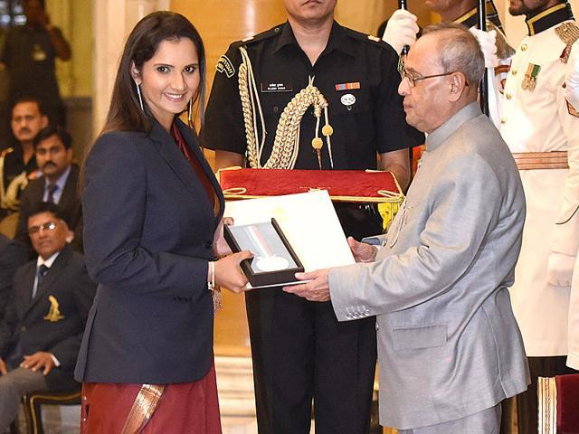 Tennis player Sania Mirza receives Rajiv Gandhi Khel Ratna Award from President Pranab Mukherjee at Rashtrapati Bhawan in New Delhi. (Vipin Kumar/HT Photo)