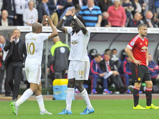 Bafetimbi Gomis celebrates with Andre Ayew after scoring a goal for Swansea in their English Premier League (EPL) match against Manchester United at Liberty Stadium on August 30, 2015. (Reuters Photo)