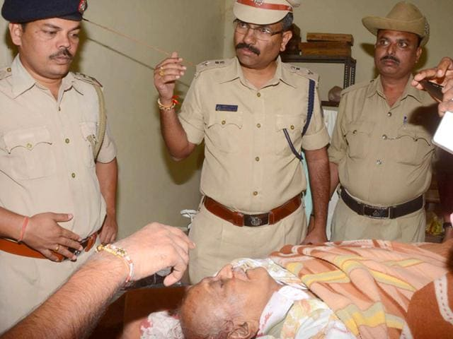 POlice officers with professor MM Kalburgi's body at a hospital. (HT Photo)