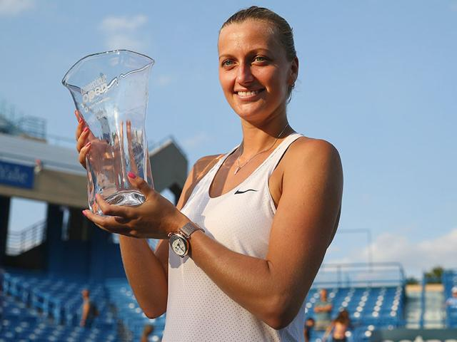 Petra Kvitova of the Czech Republic with the trophy after defeating fellow Czech player Lucie Safarova in the final of the Connecticut Open in New Haven, Connecticut, on August 29, 2015 . (AFP Photo)