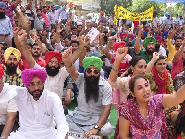 Teachers protesting against the Punjab Government raising their demand for regularization of jobs. (Photo by Gurpreet Singh/HT)
