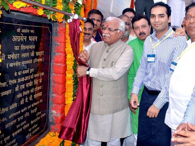 Haryana chief minister Manohar Lal Khattar laying the foundation stone of Agarsen Bhawan in Rewari on Sunday. (Manoj Dhaka/HT)