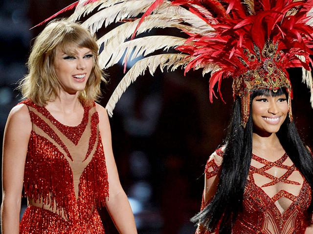 Taylor Swift (L) and Nicki Minaj perform onstage during the 2015 MTV Video Music Awards. (AFP photo)
