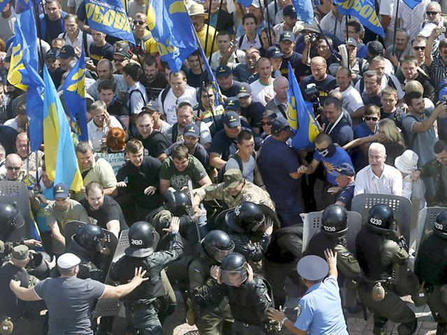 Demonstrators, who are against a constitutional amendment on decentralization, clash with police outside the parliament building in Kiev, Ukraine. (Reuters Photo)
