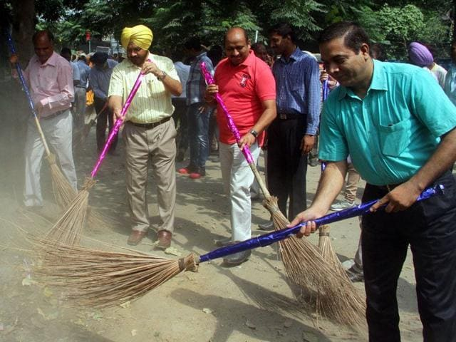 Mayor Harcharan Singh Gohalwaria alongwith MC commissioner GK Singh Dhaliwal conducting cleanliness drive near Jalandhar bypass in Ludhiana on Tuesday. (JS Grewal/HT)