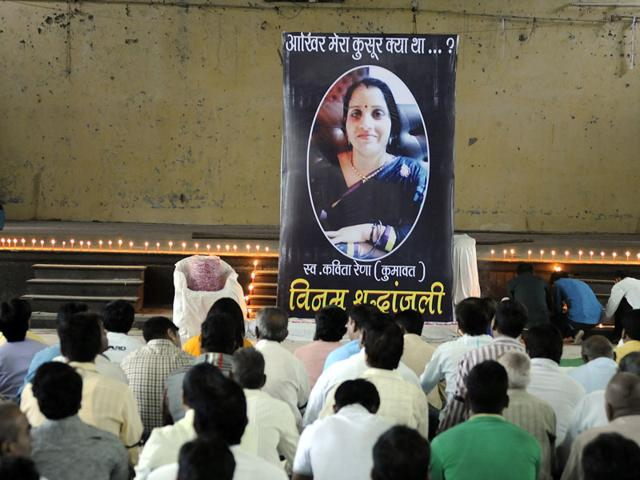 A condolence meet was organised at Gandhi Hall in Indore on Tuesday to pay tributes to Kavita Raina, who was killed on August 24. (Shankar Mourya/HT photo)