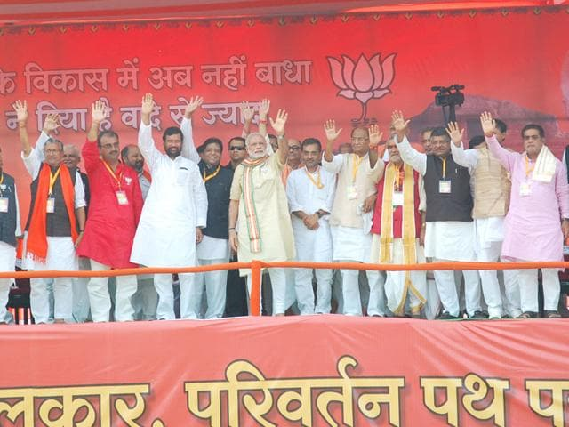 Narendra Modi and Bihar BJP leaders waving at the crowd during the Bhagalpur rally during a campaign for the upcoming Bihar elections. (HT Photo/Ravindra)