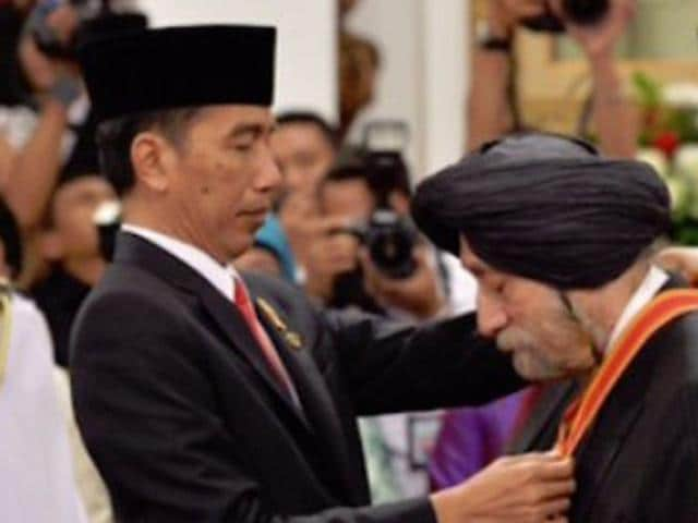 Harbinderjit Singh Dhillon, a prominent Sikh in Indonesian political activism for more than two decades, being conferred the Bintang Mahaputra (Star of Mahaputra), the second highest decoration awarded by the Indonesian government. (Photo courtesy: sikhnet.com)