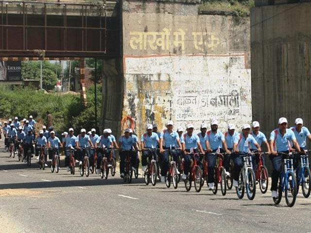 The Rising Star Corps on Thursday kicked off a cycling expedition from Jammu to Delhi to commemorate India's victory in the 1965 war. (HT Photo)