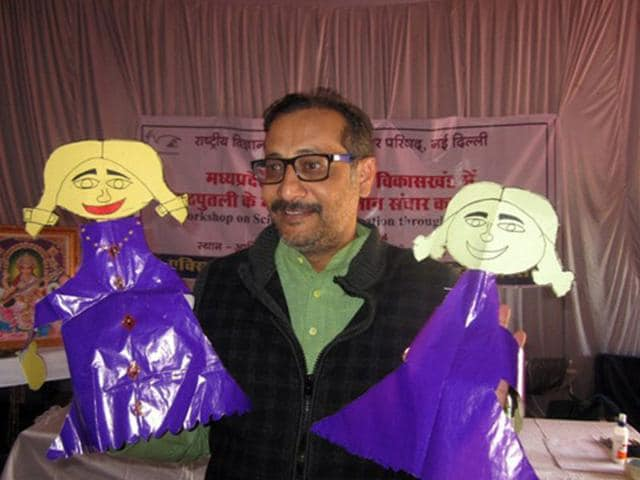 Dhirendra Singh Tomar teaching students with the help of puppets in Bhopal. (HT photo)