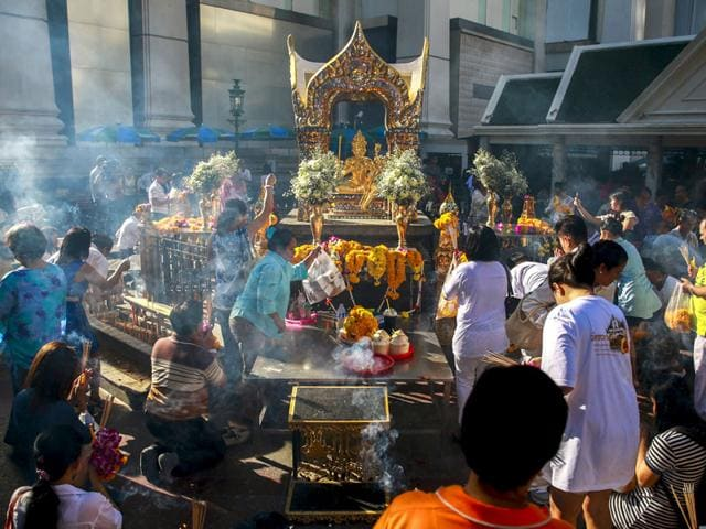 People pray after a religious ceremony at the Erawan shrine, the site of a recent deadly blast, after its was repaired, in central Bangkok, Thailand. (Reuters Photo)