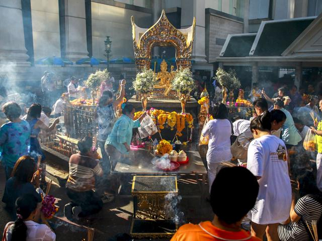 Thai authorities unveil restored statue at Bangkok bomb site