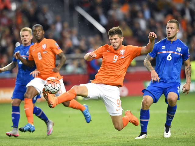 Netherlands' Klaas-Jan Huntelaar controls the ball during the Uefa Euro 2016 qualifying round match between Netherlands and Iceland at the Arena Stadium in Amsterdam on September 3, 2015. (AFP Photo)