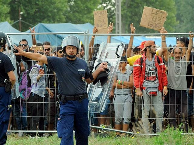 Police officers guard a local refugee camp in Roszke, Hungary, on September 4, 2015. Hungarian police had temporarily shut the Roszke border crossing with Serbia after 300 migrants escaped from the camp. (AFP Photo)