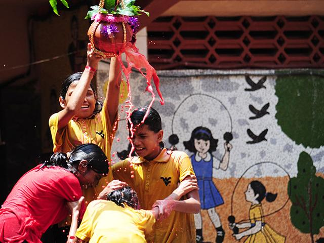Govindas-celebrate-dahi-handi-organised-by-Sankpal-Pratishtan-Sachin-Ahire-at-Worli-in-Mumbai-Anshuman-Poyrekar-HT-Photo